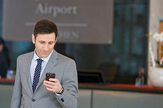 Mitarbeiter, die Mobiltelefone oder Tablets mit Unternehmensdaten nutzen, sind ein Sicherheitsrisiko. Schnell kann ein Gerät mal verloren oder gestohlen werden. Gut, wenn dann eine Sicherheitslösung den Verlust wertvoller Daten verhindern kann. (Foto: Kapersky)